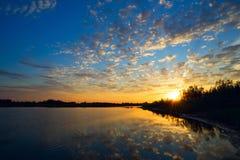 Der Abendsonnenuntergang auf dem See Stockfoto