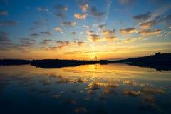 Der Abendsonnenuntergang auf dem See Lizenzfreie Stockbilder