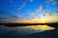 Der Abendsonnenuntergang auf dem See Lizenzfreie Stockfotos