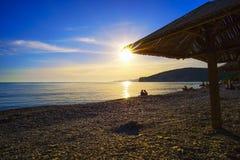 Der Abendsonnenuntergang auf dem Strand Lizenzfreie Stockbilder