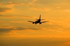 Der Abendsonnenunterganghimmel und -fliegen weg in den Abstand die Flugzeuge Lizenzfreies Stockfoto