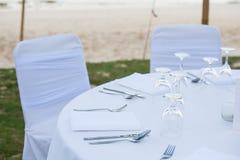 Der Abendtisch auf dem Strand Stockfoto