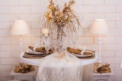 Der Abendtisch diente für Zweipersonen verziert mit Winterdekor Stockbild