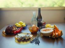 Der Abendtisch mit Lebensmittel im Landzauntritt Stockbild