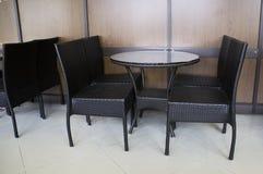 Der Abendtisch mit vier Stühlen Stockbild