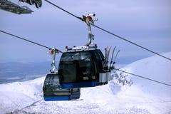 Der Abfahrtskilauf und die Kabinen in den Winterbergen in Khibiny Stockfotografie