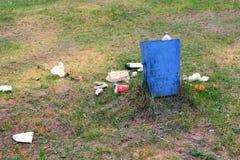 Der Abfall ist nahe bei dem Abfalleimer in einem Park stockfotos