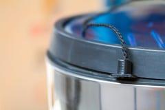 Der Abfalleimer Abfalleimer für die Küche oder das Büro Tür von den Kaffeebohnen Lizenzfreie Stockfotos