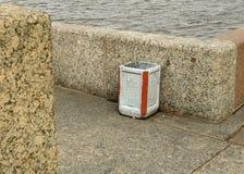 Der Abfalleimer auf der Straße Stockfoto