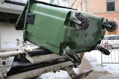 Der Abfalleimer und das Müllfahrzeug Stockfotografie