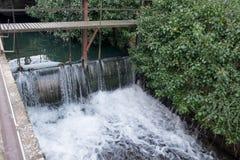 Der Abflusskanal am Annecy See Wasser, das den Kanal durchfließt Stockfotos