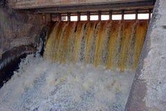 Der Abflusskanal einer hydroelektrischen Verdammung Stockbild