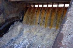 Der Abflusskanal einer hydroelektrischen Verdammung Lizenzfreies Stockfoto