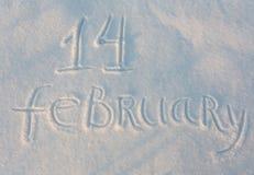 Der abgehobene Betrag des Wortes am 14. Februar auf Schnee Lizenzfreie Stockfotografie