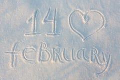 Der abgehobene Betrag des Wortes am 14. Februar auf Schnee Stockbild