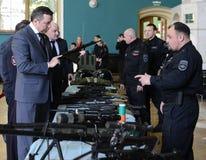 Der Abgeordnete der Staatsduma der 6. und 7. Einberufungen von der Partei von LDPR Alexander Starovoitov das weapo studierend Lizenzfreies Stockfoto