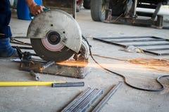 Der abgeschnittene Mechanikergebrauch sah Maschinenausschnitt-Stahlunsicheres auf Schutz Lizenzfreie Stockfotos