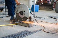 Der abgeschnittene Mechanikergebrauch sah Maschinenausschnitt-Stahlunsicheres auf Schutz Lizenzfreie Stockfotografie