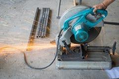 Der abgeschnittene Mechanikergebrauch sah Maschinenausschnitt-Stahlunsicheres auf Schutz Stockfotos