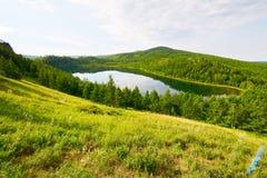 Der Abhang und der See Stockfoto