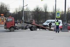 Der Abschleppwagen und die Verkehrspolizei evakuierten das Auto mit einem PET Lizenzfreie Stockfotografie