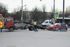 Der Abschleppwagen und die Verkehrspolizei evakuierten das Auto mit einem PET Stockfotos