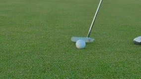 Der abschließende Schlag mit Putter im Golf stock footage
