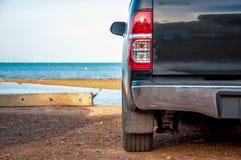 der Abschluss ehrlich vom schwarzen Autoparkrand das Meer Stockfoto