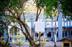Der Abschluss herauf Bild der Moschee vom Park Stockbild