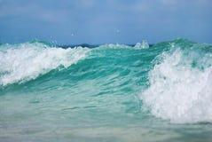 Der Abschluss herauf Schuss des Meereswogen mit Schaum Stockbild