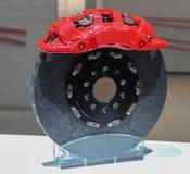 Der Abschluss oben der Bremsanlage mit roter Tasterzirkelabdeckung Lizenzfreies Stockfoto
