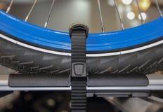 Der Abschluss oben der blauen Fahrradfelge auf dem Autodach Lizenzfreie Stockfotografie