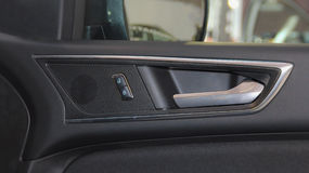 Der Abschluss oben der inneren Platte der Autotür, des Türöffners und der Knöpfe Lizenzfreies Stockbild