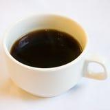 Der Abschluss oben der Schale schwarzen Kaffees Stockfoto