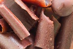 Der Abschluss oben der Stapelgitter-Dunkelheitsschokolade Stockfotografie