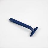 Der Abschluss oben des dunkelblauen Plastikrasiermessers Stockfotografie