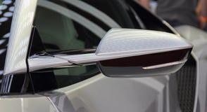 Der Abschluss oben des Seitenansichtspiegels des luxuriösen Autos des Sports Stockbild