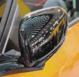 Der Abschluss oben des Vorderseite schwarzen luxuriösen mirr Seitenansicht des Autos Lizenzfreies Stockfoto