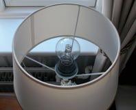 Der Abschluss oben der Glühlampe innerhalb der Hoteltischlampe Lizenzfreie Stockfotografie