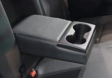 Der Abschluss oben der Handauflage mit Becherhaltern, hinterer Autositz Stockfoto