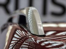 Der Abschluss oben der metallischen grauen Autodachspitzenfördermaschine auf braunem Auto r Lizenzfreies Stockbild