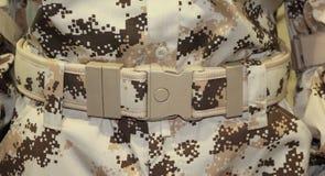 Der Abschluss oben der militärischen braunen Plastikgürtelschnalle Lizenzfreie Stockfotos