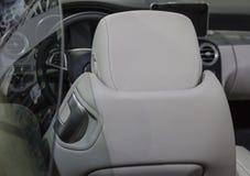 Der Abschluss oben der Rückseite des weißen luxuriösen Autositzes Lizenzfreies Stockbild