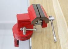 Der Abschluss oben der roten Klammer auf dem Tisch Lizenzfreie Stockfotografie