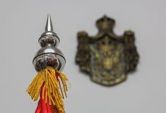 Der Abschluss oben der serbischen Flaggenstangenspitze mit Bronzewappen Lizenzfreie Stockfotografie
