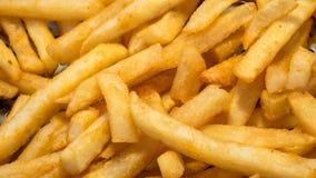 Der Abschluss oben von köstlichen Pommes-Frites am Lebensmittelstraßenmarkt Lizenzfreie Stockbilder