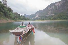 Der Abschluss oben von 2 thailändischen Booten auf der Küste Stockfotos