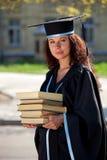 Der Absolvent mit Büchern Lizenzfreie Stockfotos