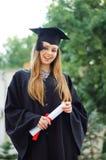Der Absolvent mit einem Diplom in der Hand Stockbild