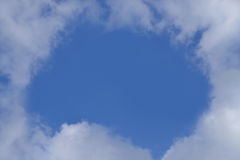 Der Abstand in der weißen Wolke Stockbild